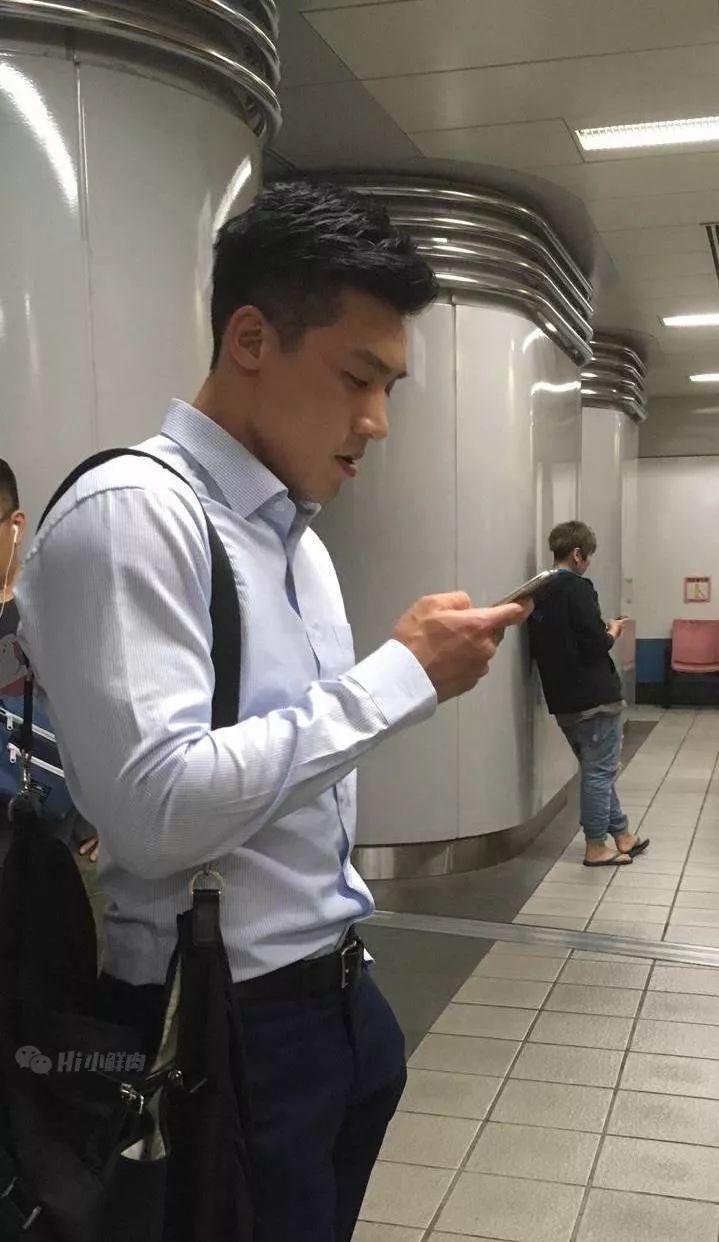 地铁偷拍上班肌肉男,正装控的天菜~