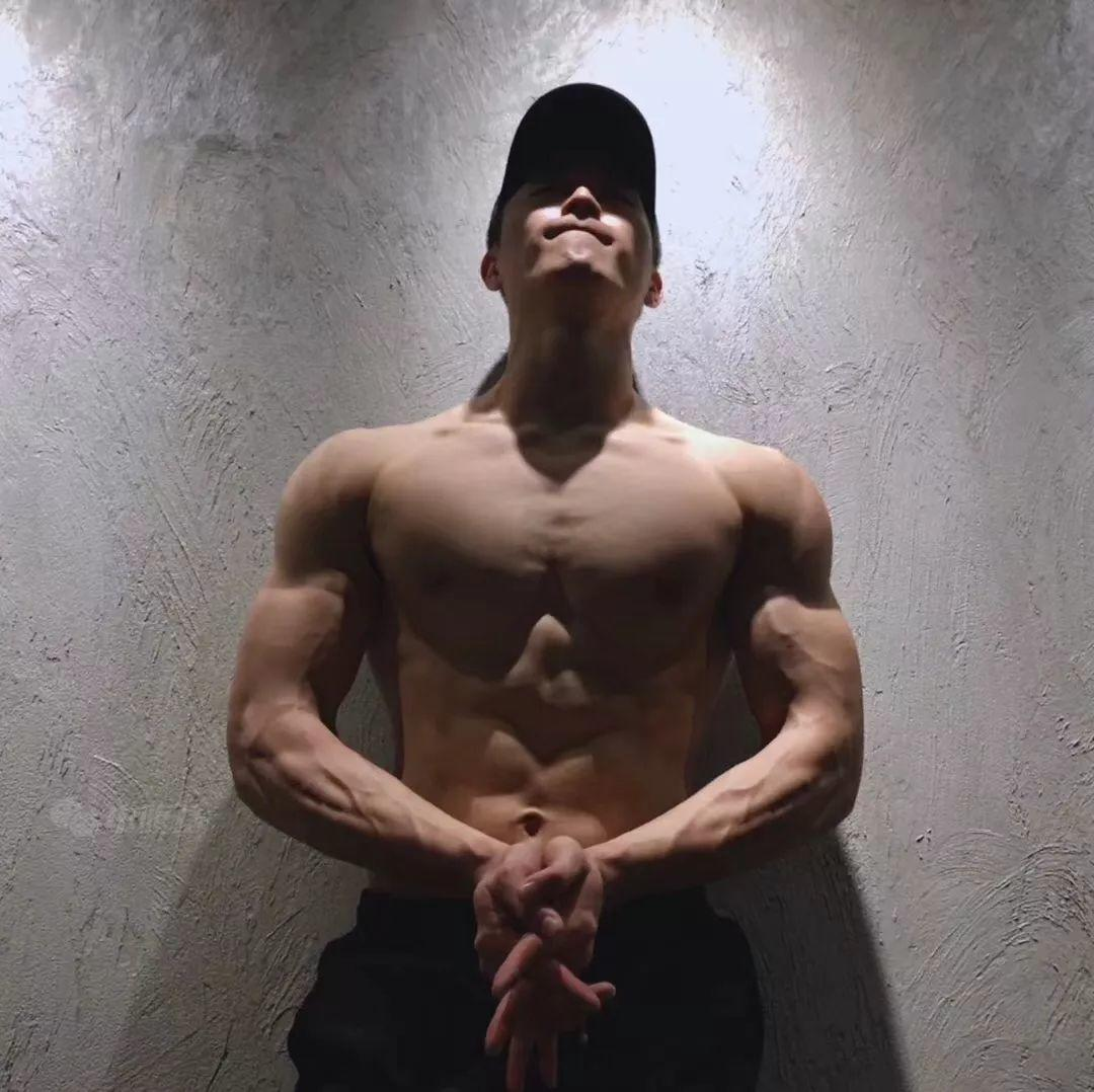 健身教练居然是模特!来自广东的180大肌肉帅哥!