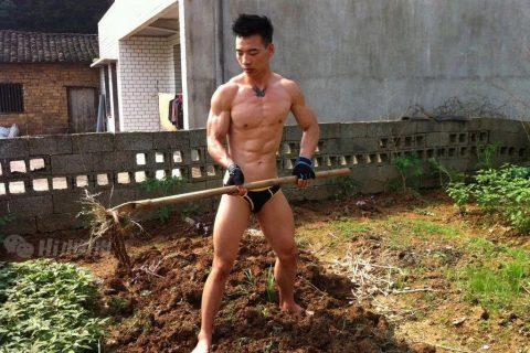 肌肉男只穿短裤在耕田!