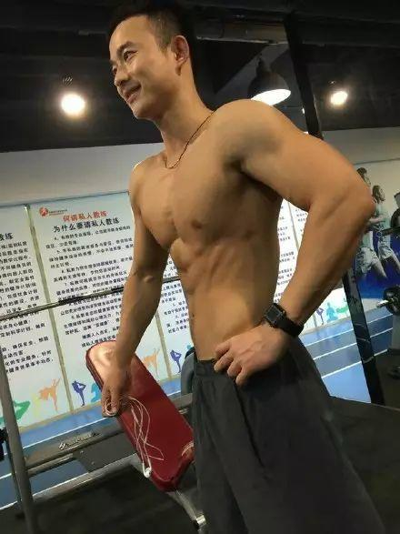 被网友称为肌肉版黄晓明,爷们劲十足
