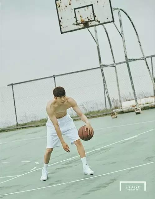 篮球帅哥南柱赫更衣室换衣服被拍,腹肌舔100遍都不够