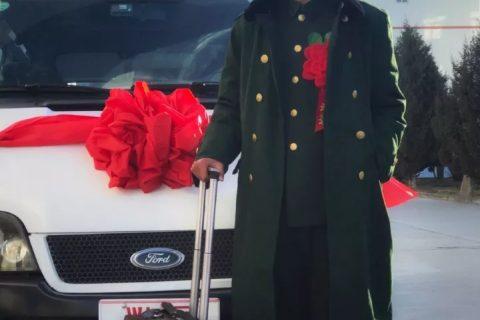 中国最妖艳的兵哥哥退伍了,酒店自拍腹肌要装man?