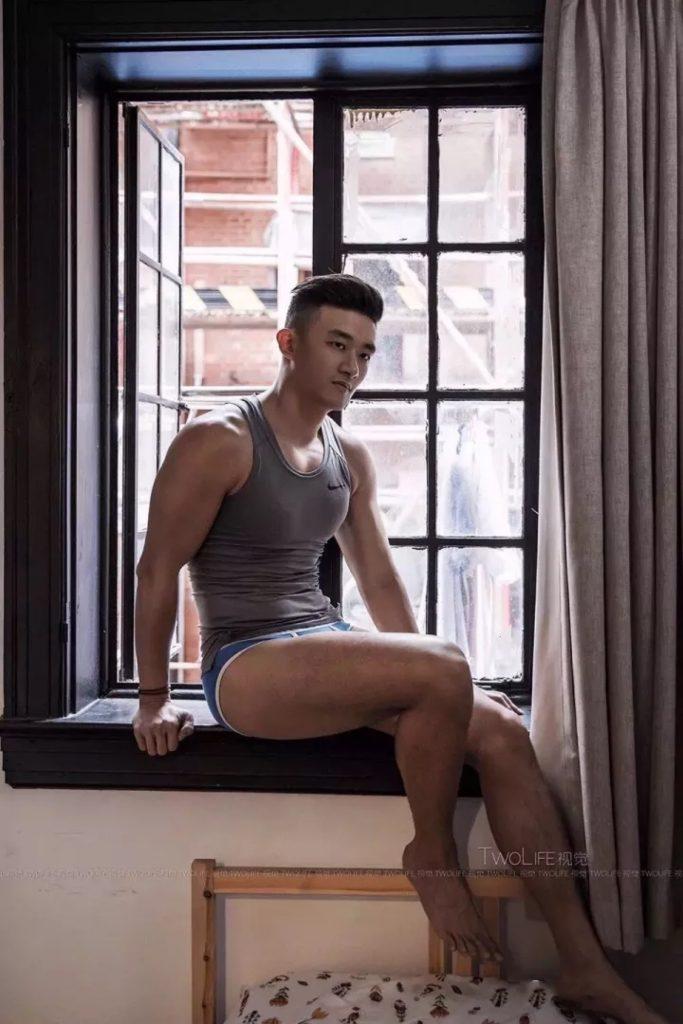窗台上的大胸肌肉小哥穿那么少那么凸?