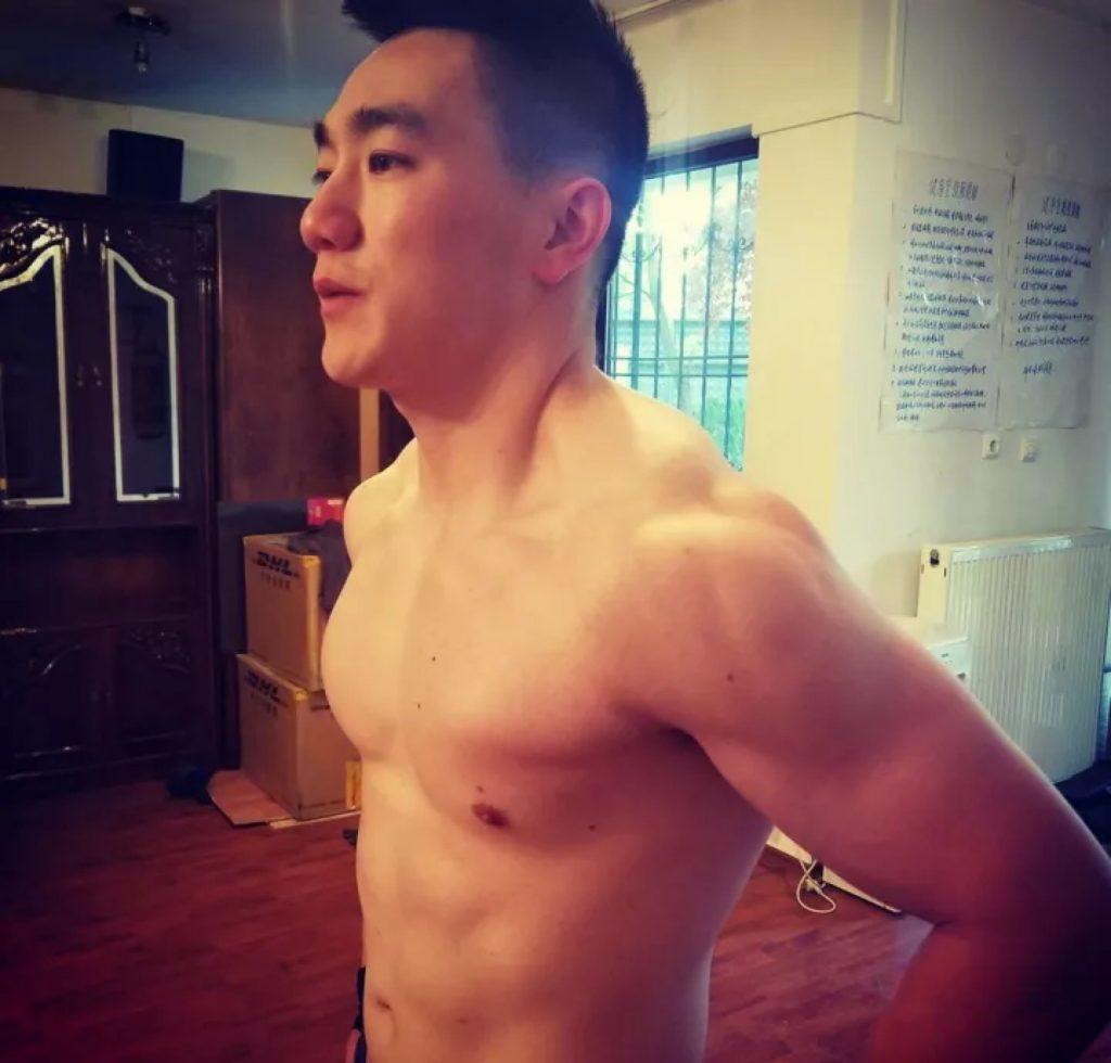 湖南卫视又捧红了一位壮实兵哥哥,脱衣后是这样的