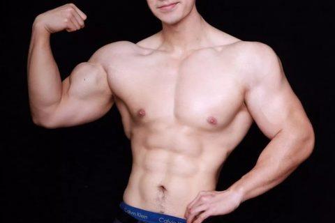 这位穿正装前凸后翘的帅男健身前的照片太吓人