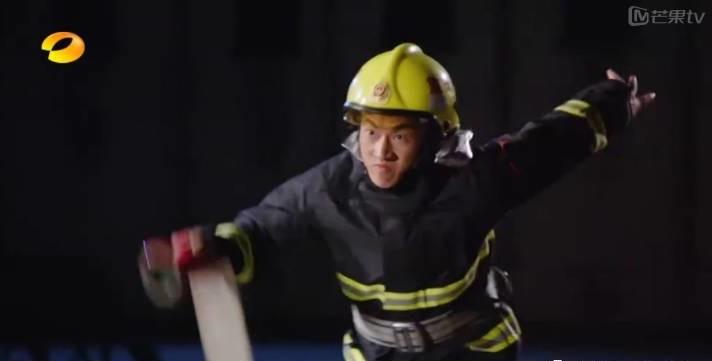 被小爷发掘的健身消防兵靠肉体红到了天天向上