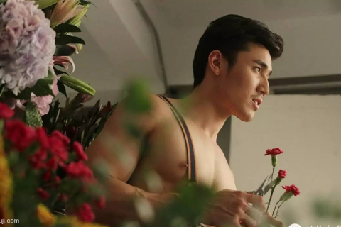 肌肉男搭配鲜花!看完好想吃了他~