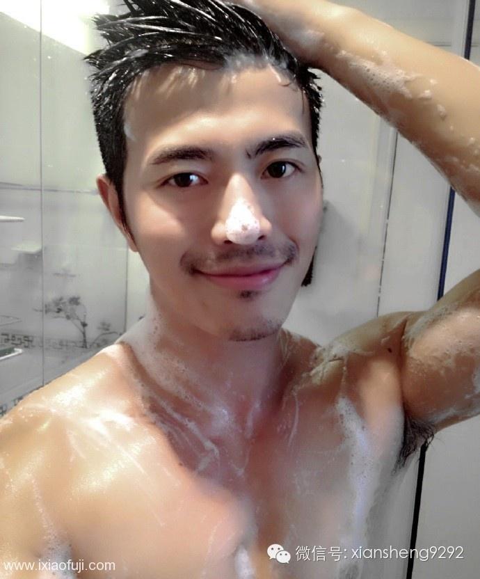 沐浴中的模特李小兵,事业线展露无遗