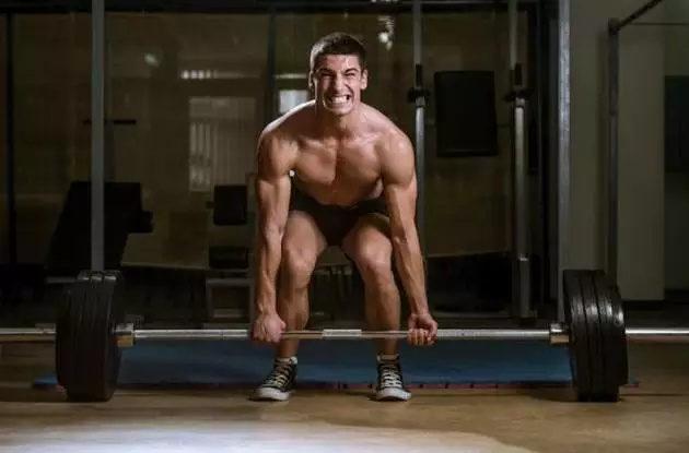 小伙在健身房乱扔杠铃片,教练这么做,大快人心!